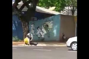 Páros lábbal rúgták le a traffizó rendőrt