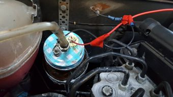 Rejtély mit keres ez a befőttesüveg a motortérben