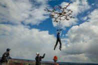 Drónról ugrott egy ejtőernyős Lettországban