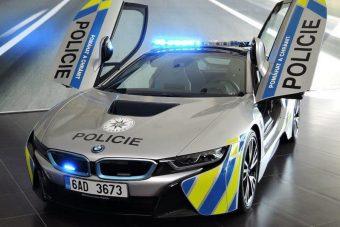 Hibrid luxuskupéval furikáznak a cseh zsaruk