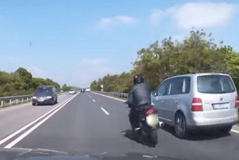 Jobbról előzött közveszélyes módon a motoros, és ez nagyon nincs rendben
