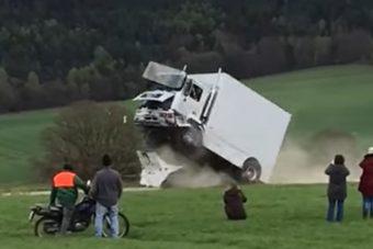 Élő ember ült a töréstesztnél használt járműben