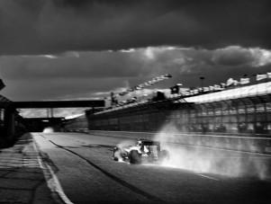 Ilyen csodálatos az, amikor 104 éves géppel fotózzák az F1-et