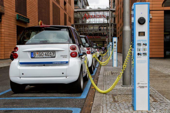 Közösségi villany-Smartok várakoznak a berlini Potsdamer Platzon