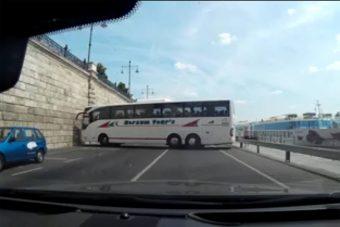 Vajon sikerül megfordulnia ennek a busznak a pesti rakparton?