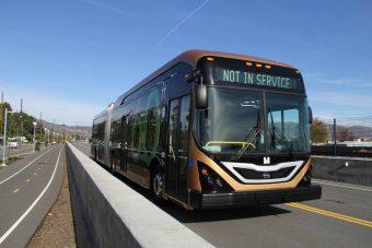 Megérkezett Amerika első elektromos csuklós busza