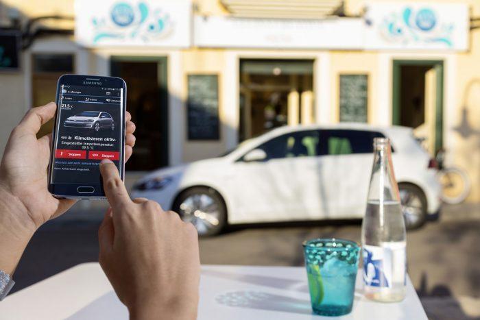 Digitális műszerfal, új médiarendszer: Az e-Golf újdonsága a 12,3 colos digitális műszerfal, valamint a Discover Pro fedélzeti rendszer 9,3 colos érintőképernyővel és gesztusvezérléssel. A Car-Net e-Remote App segítségével okostelefonról is kezelhető például a légkondicionáló berendezés, de elindítható vagy leállítható az akkumulátor töltése is. Az alkalmazás a legutóbbi parkolási pozíciót is megmutatjaa feledékeny tulajdonosoknak.