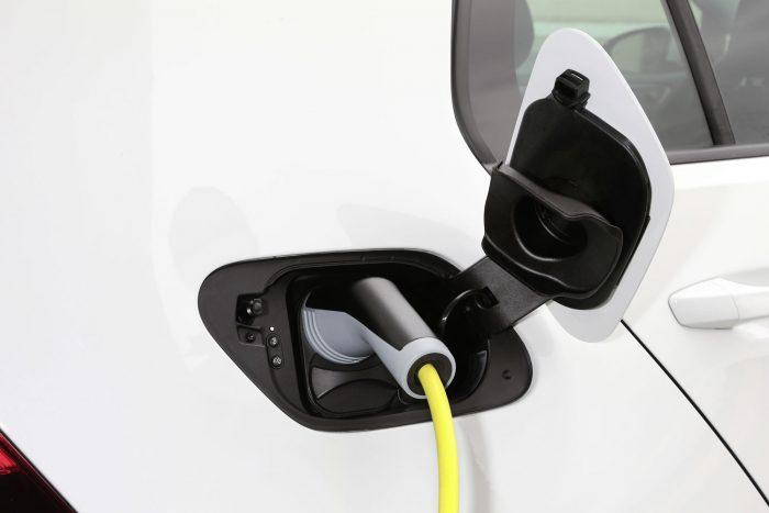 Lassú a töltés: a nagyobb hatótávnak bizony ára van: otthon konnektorra dugva 13 óra kell a Golf teljes feltöltéséhez. Az opcionális fali töltőállomással ez kevésbé fájdalmas 8 órára csökken. A leggyorsabb persze továbbra is a néhány helyen elérhető villámtöltő rendszer, amely 30 perc alatt 80 százaléknyit tölthet az akkumulátorra.