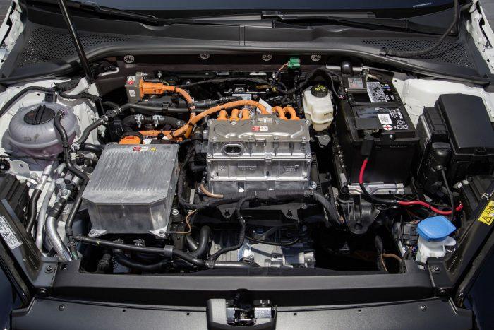 Erősebb, gyorsabb lett: új villanymotor került az autóba, a 115 lóerő 136-ra növekedett, míg nyomatéka 270 helyett mostanra 290 newtonméterre nőtt. Az elektromos Golf így 9,6 másodperc alatt gyorsul 100 km/órás sebességre, csúcssebessége pedig 150 km/óra. A villanymotorja sajátosságai miatt, ez jóval dinamikusabbnak hat, kifejezetten kellemes vele autózni.