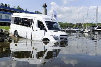 Ez a Mercedes a vízben szeret úszkálni