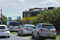 Figyelmetlen autós miatt állt a vonat – képek