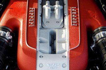 Aki Ferrarit vesz, 12 hengerest vesz