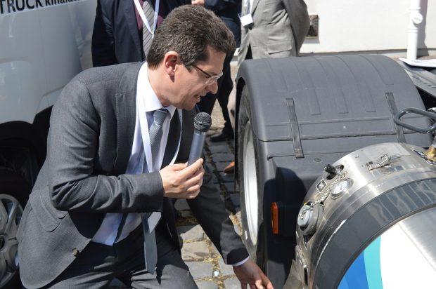 Az Iveco Stralis NP LNG-t Domanovszky Henrik, az Magyar Gázüzemű Közlekedés Klaszter Egyeslet (MGKKE) elnöke mutatta be.