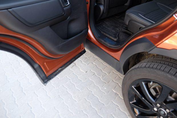 Az ajtók ráhajlanak a küszöbre, így a híg sárból kikecmeregve sem koszolja össze a gatyaszárat az autó