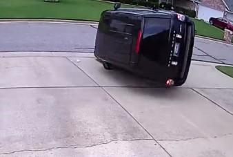 Meg akart fordulni, végül tetőre rakta a Range Rovert