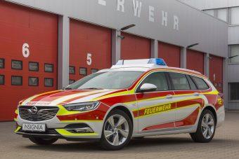 Tűzoltónak öltözött az Opel csúcskombija