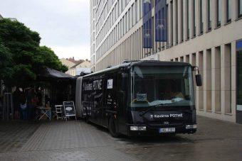 Így élvezik a csehek a vaksötétet egy csuklós buszon