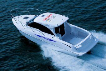 Hibrid hajtású hajót fejlesztett a Toyota