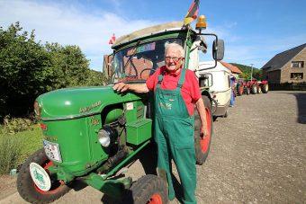 Traktorral indult neki a világnak a 81 éves nyugdíjas