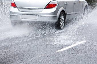 Életet menthet, ha ésszel közlekedsz esőben