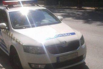 Letámasztották rendőreink a vasat a biciklisávba, amíg beugrottak egy kávéra