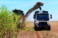 Önvezető teherautóval gyűjtik a cukornádat Brazíliában