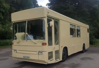 Romantikaimádó páros búvóhelyeként született újjá a kiszolgált öreg busz