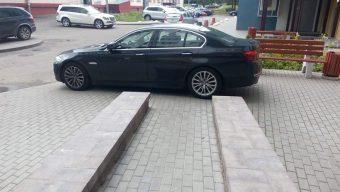 Tahó ez az ajtó elé parkoló BMW-s vagy áldozat?