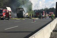 Kiégett egy busz Bajorországban, sokan eltűntek