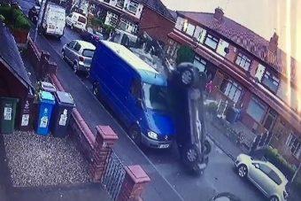 Lopott teherautóval tarolta le a fél utcát