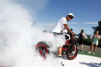 F1: Hamilton füstölögve érkezett a Hungaroringre - videó