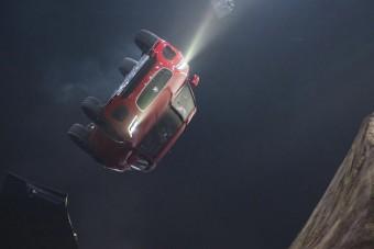 Videón a világ legnagyobb ugrálóvára, amiben egy autó repked