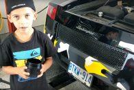 Imádni való, ahogy ez az ötéves kisfiú olajat cserél