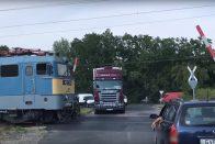 Az érkező vonat előtt felnyílt a sorompó Szegednél, az autósok pedig tudták mi a dolguk
