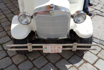 Ritkán látott magyar rendszám vörös betűkkel