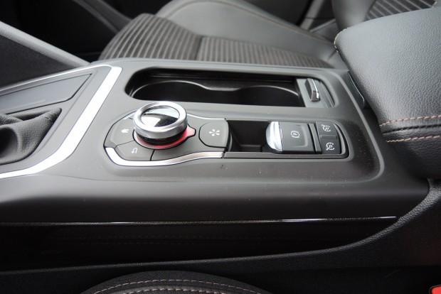 A tempomat kapcsolója Renault-szokás szerint a kézifékkar mögött van