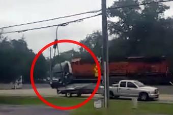 Vonat szaggatta szét a kamiont