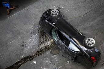 A 7. emeletről zuhant le egy BMW