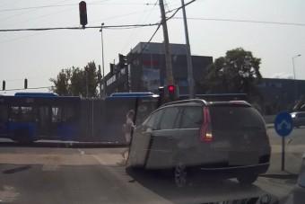 Káoszba fulladt a magyar hölgy vezetése, a pirosnál is tolatva indult el