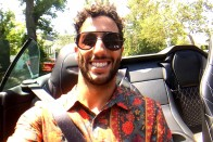 Ricciardo málnás ingben luxusautózik