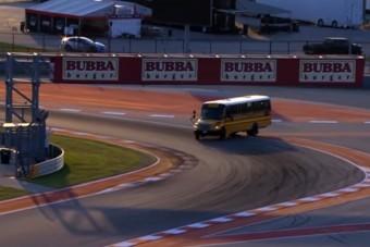 Hogyan került iskolabusz a versenypályára?