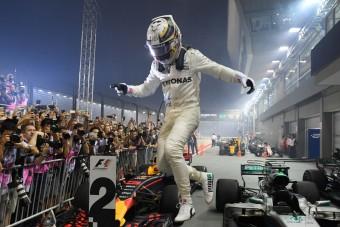 F1: Ferrari-katasztrófa, Hamilton-diadal az első esős éjszakai futamon