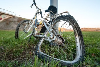 A semmiből került elő ez a kerékpáros?