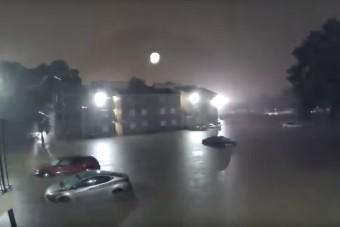 Drámai gyorsított felvételen, ahogy az árvíz elönti az autókat