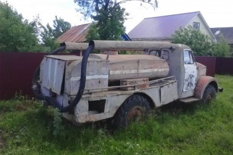 Nézd meg, ahogy ez a szovjet tűzoltóautó feltámad