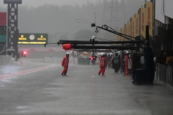 F1: Özönvíz a második edzésen