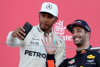 F1: Ricciardo lenyúlta Hamilton telefonját, trollkodott egyet