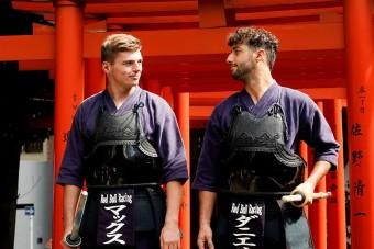 F1: Kardozni tanultak a Red Bull-pilóták – videó