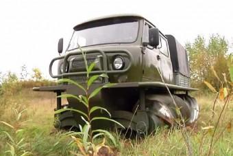 Kerekek nélkül közlekedő teherautó támadt fel a rozsdából