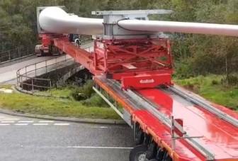 Így kanyarodik egy kamion, amikor 60 méter hosszú rakományt szállít